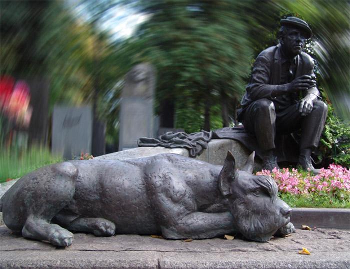 Памятник надгробия Юрия Владимировича Никулина на Новодевичьем кладбище