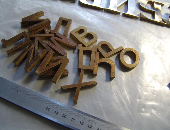 Буквы из латуни необработанные.
