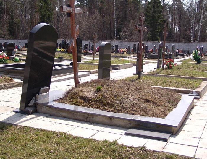 Нарушения технологии при изготовлении фундамента надгробия - приводит к обрушению памятника и к повторной устаноки.