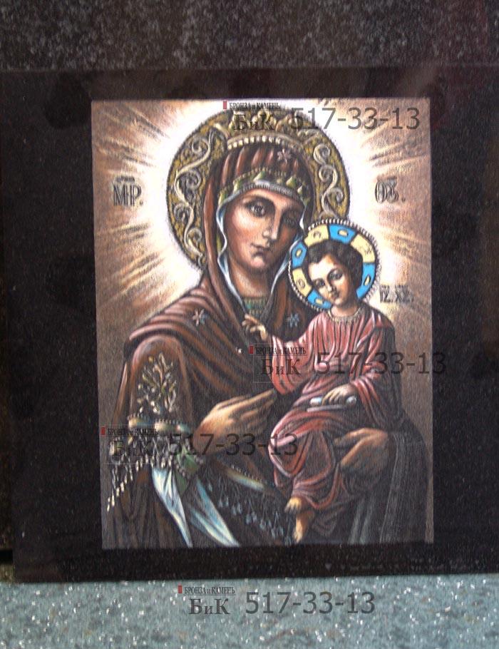 На икону выграверованную на граните наносится живописный слой.