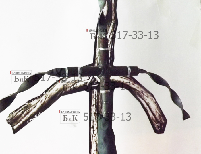 Скульптор использует стальной каркас для лепки Креста Святой Нино.