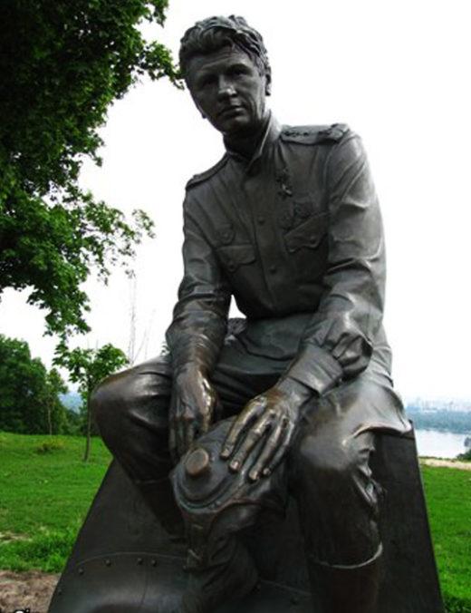 Памятник лётчику Леониду Быкову, посвященный всем военным пилотам.  Аллея Славы, Киев.