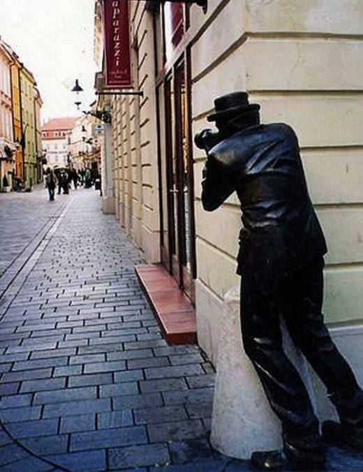 Фигура человека органично вписалась в городскую среду.