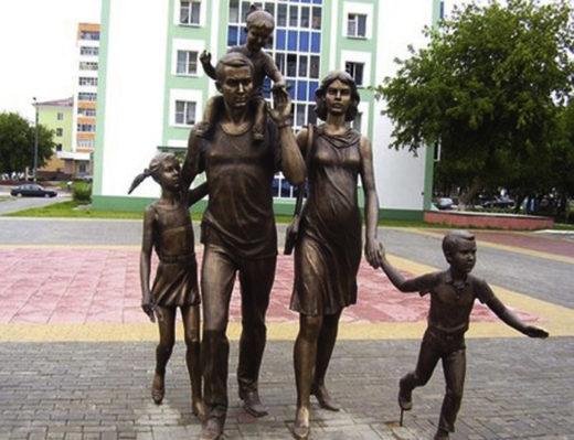Бронзовая скульптурная композиция молодой семье.