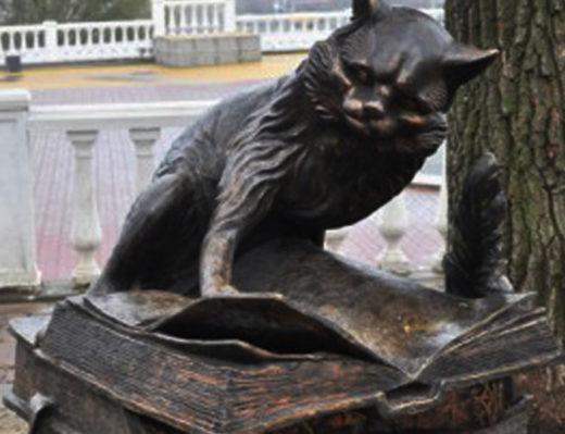 Бронзовая скульптура героя пушкинских сказок – кота-учёного. Калуга.
