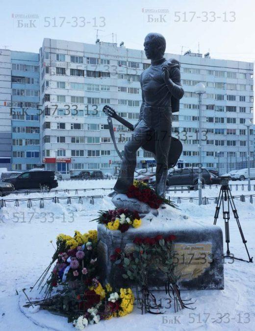 В день рождения В.С. Высоцкого в 30-ый градусный мороз к памятнику пришли поклонники творчества.