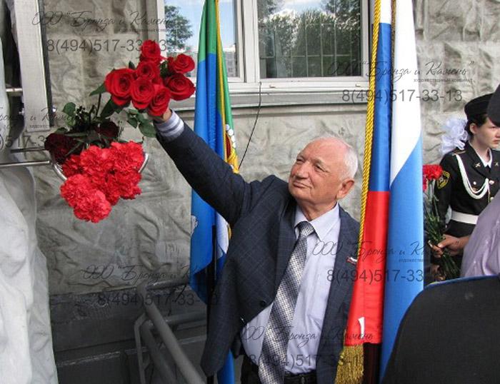 Открытие памятной доски им. Марка Павловича Иванихина. Возложение цветов.
