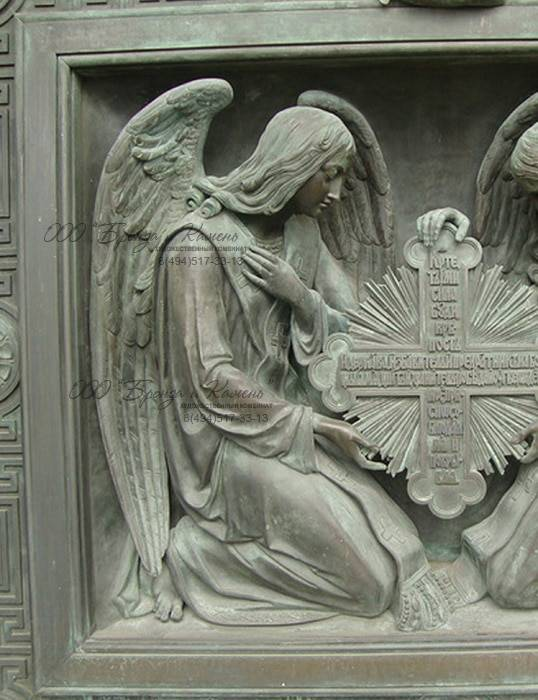 Фрагмент ворот Исаакивского собора. Коленопреклоненные ангелы.