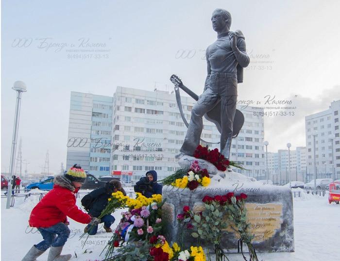 Возложение цветов к памятнику Высоцкого в Новом Уренгое