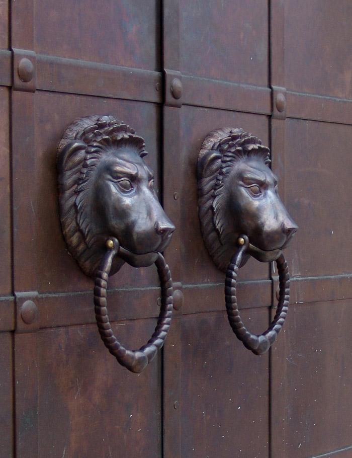 Дверная ручка. Бронза. Морда льва с кольцом.