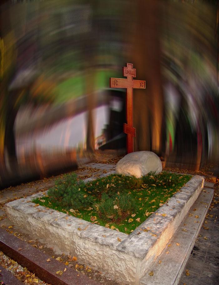 Надгробие - валун - гранит прошедший обработку временем деревянный крест