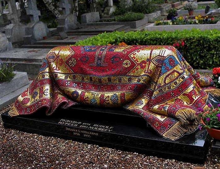Надгробие Рудольфа Нуриева ковер выложен смальтой