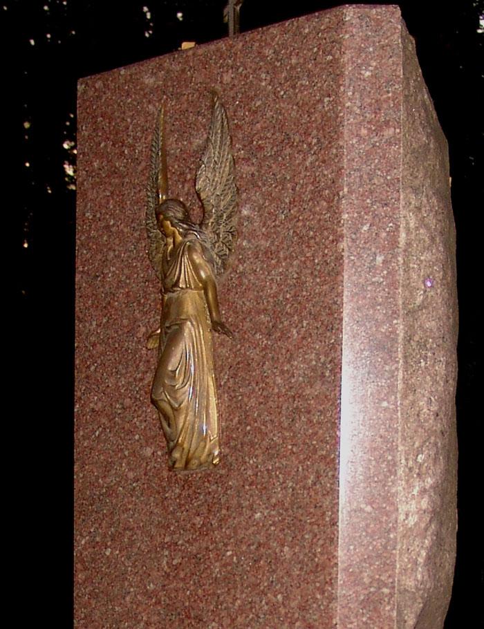 Православный памятник с барельефом ангела. Бронзовое литье.