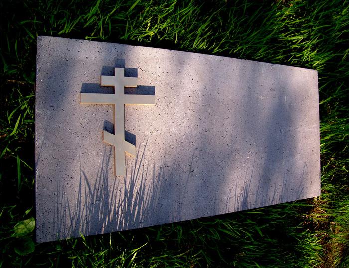 Православный крест на надгробии бронза