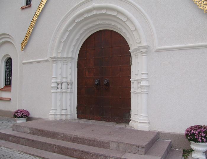 Арка вход в храм. Резьба по белому камню.