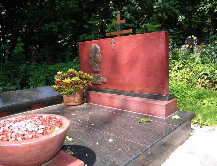Надгробие с барельефом из бронзы.