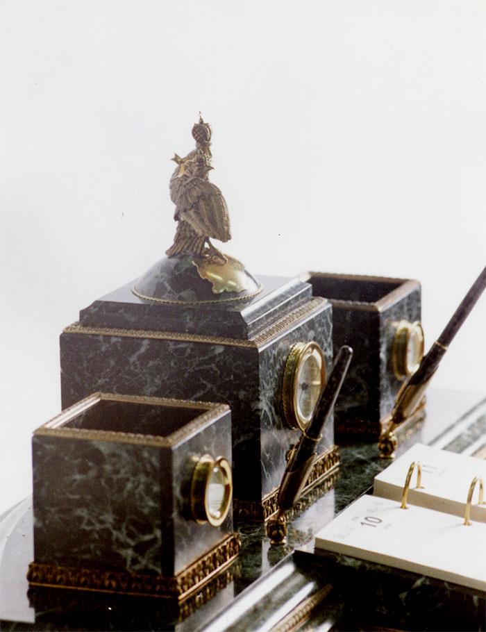 При изготовлении письменного прибора использовались ручки фирмы паркер.