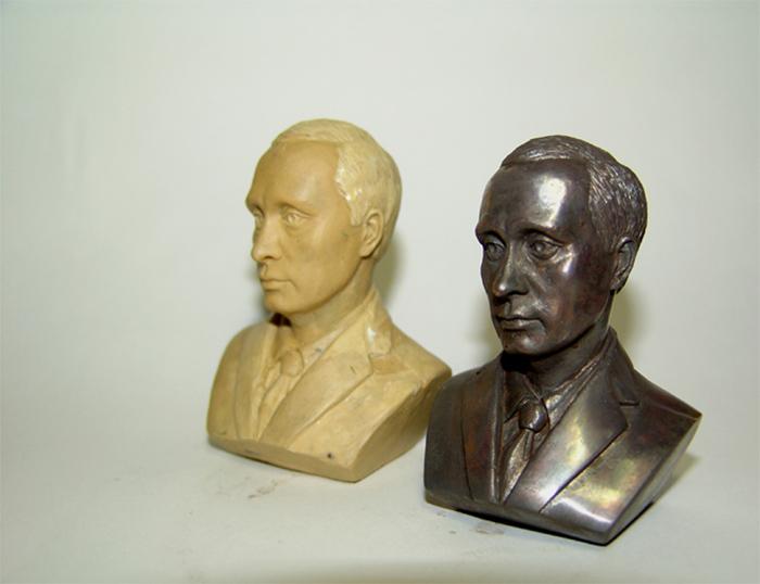 Бюст президента. Модель бюста В.В.Путина в пластилине и бюст из бронзы.
