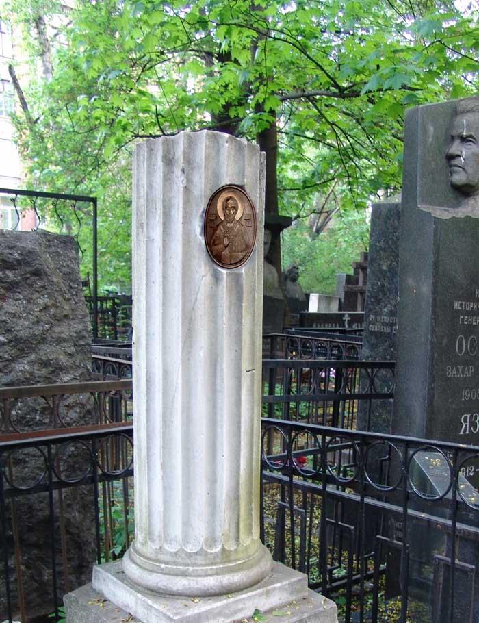Классическое исполнение надгробия.Барельеф лика Св. Николая Чудотворца.