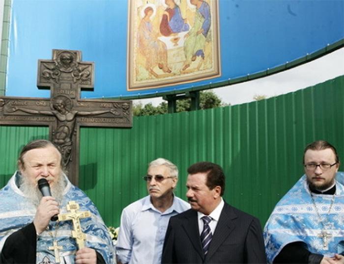 В праздник в честь иконы Казанской Божией Матери в 2008 году был установлен крест и освящен камень на месте строительства Храма Живоначальной Троицы.