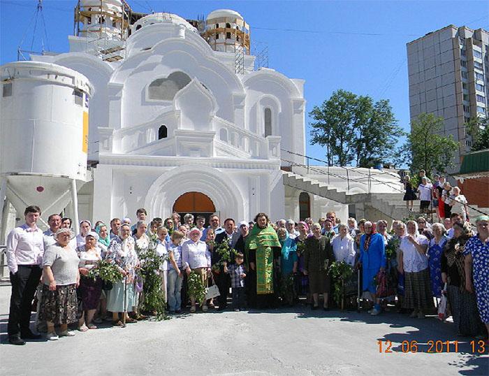 В храме уже проходять службы.
