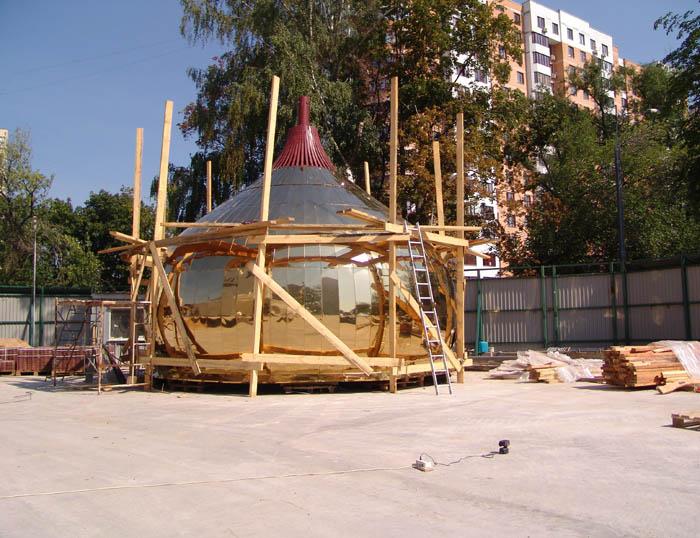 Каркас купола обшили листами из полированной нержавеющей стали покрытй нитридом титана.