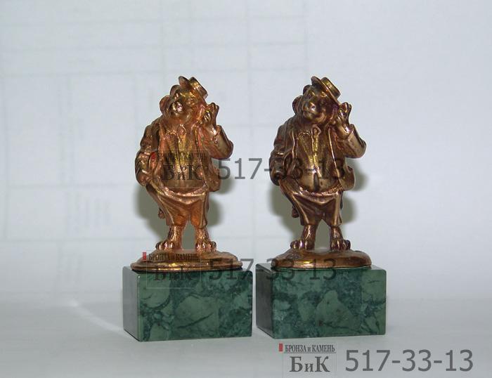 Бронзовая миниатюра. Цветность бронзы - слева миниатюра изготовленная недавно, а справа три года назад. Изделие покрылось естественной патиной.