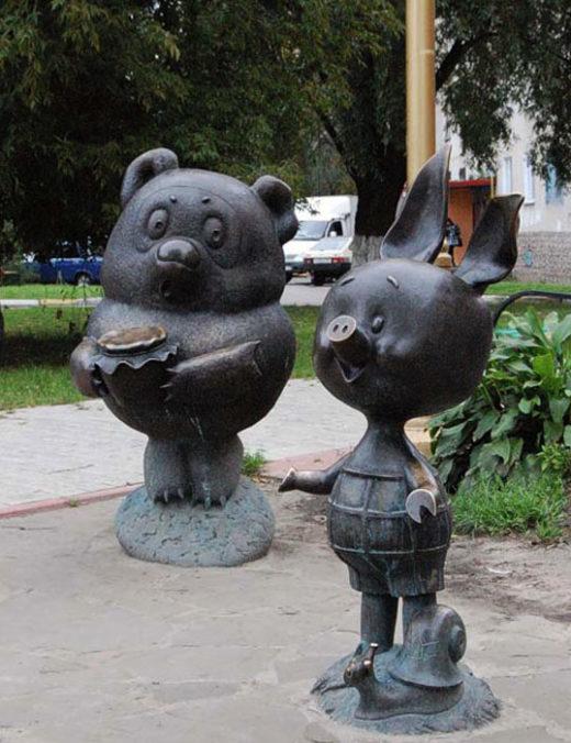 Памятник Винни-Пуху и памятник Пяточку в подмосковном городе Раменское. Бронза.
