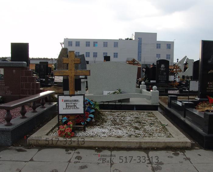 Место установки памяткика. Мы вживим эскиз памятника в среду.
