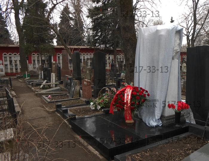 Надгробие установили в ноябре 2014 года.