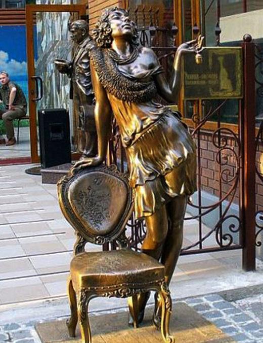 """Памятник Эллочке-людоедке. """"Двенадцать стульев""""."""