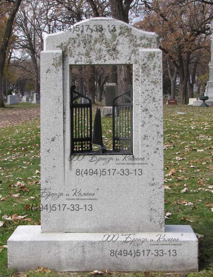 Надгробие с бронзой.