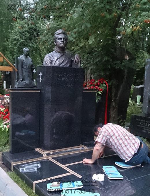 Установка памятника Фазилю Искандер.