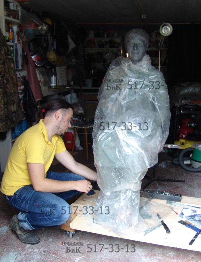 Лепка скульптуры в глине.