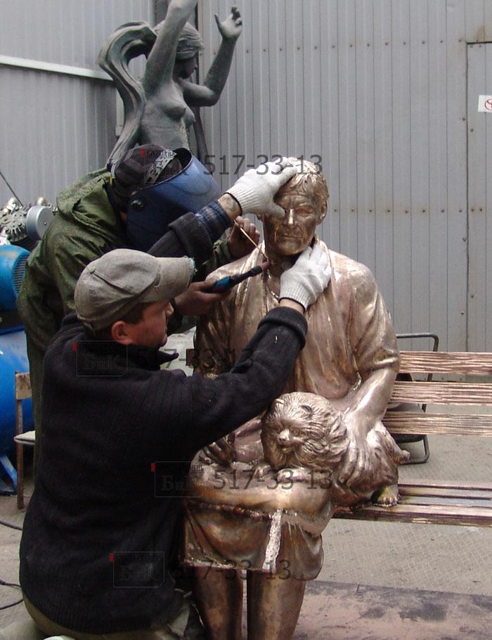 Обработка бронзовой скульптуры.