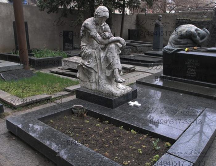 Могила скорбящая статуя из мрамора.