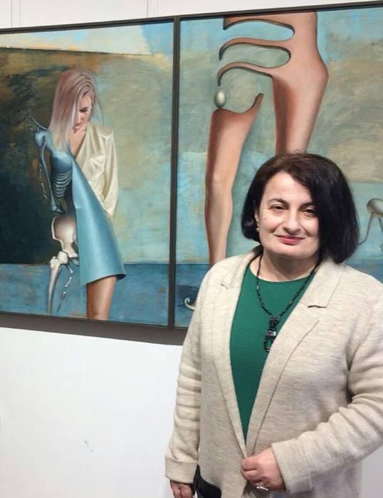 Агнесса Лакоба рядом с работой художника Ампар Адгура.