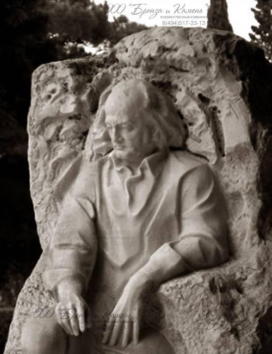 Скульптура высечена из гранита