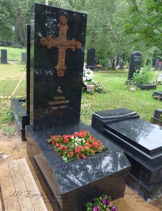 Надгробие с грузинским крестом