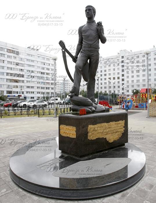 Фото памятника Высоцкого в год открытия 2016
