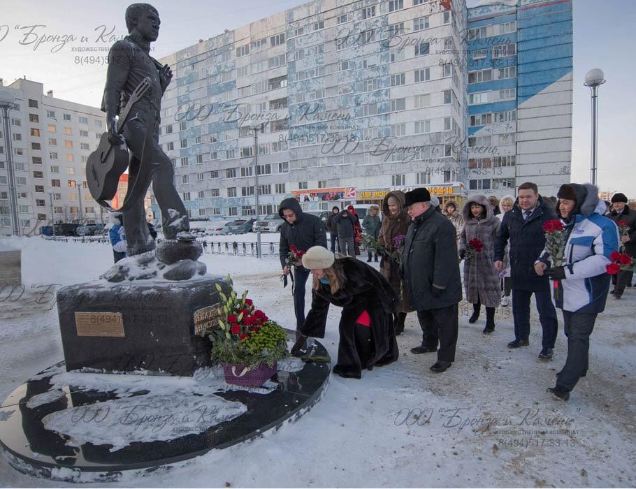 Возложение цветов к памятнику известного барда Владимира Высоцкого.
