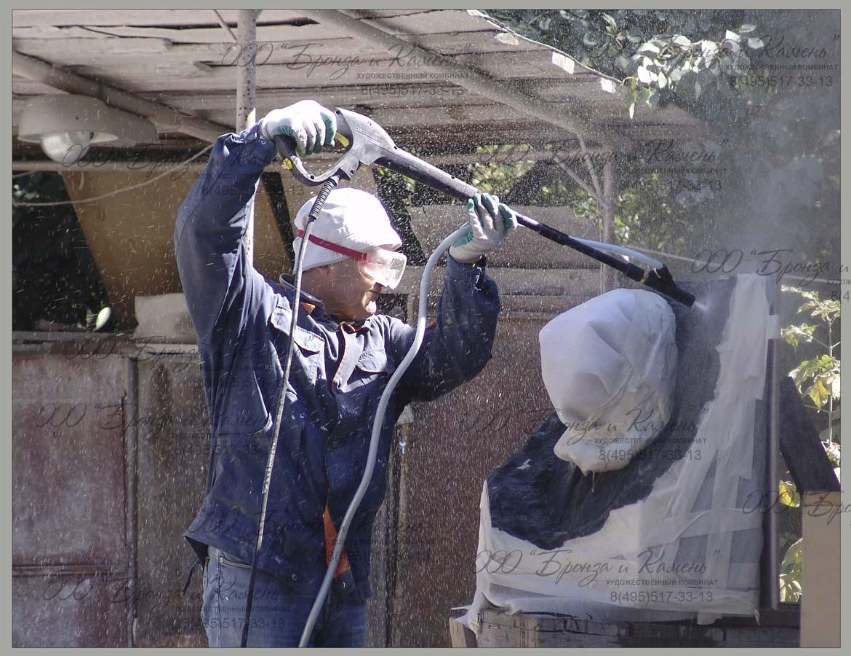 Промывка песком с водой при на последнем этапе изготовления граниного бюста