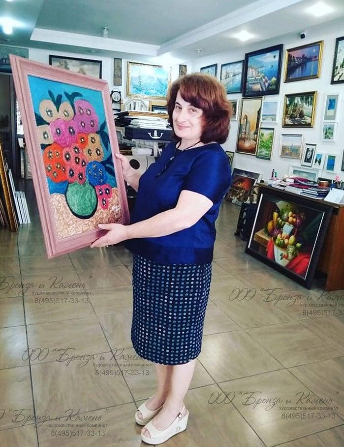 Агнесса Лакоба со своей работой