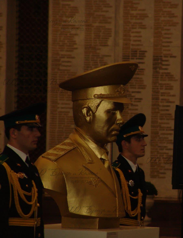 Бронзовый бюст первому герою Росии