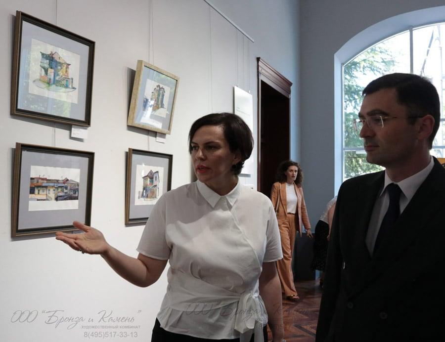 Куратор выставки Эльвира Арсалия