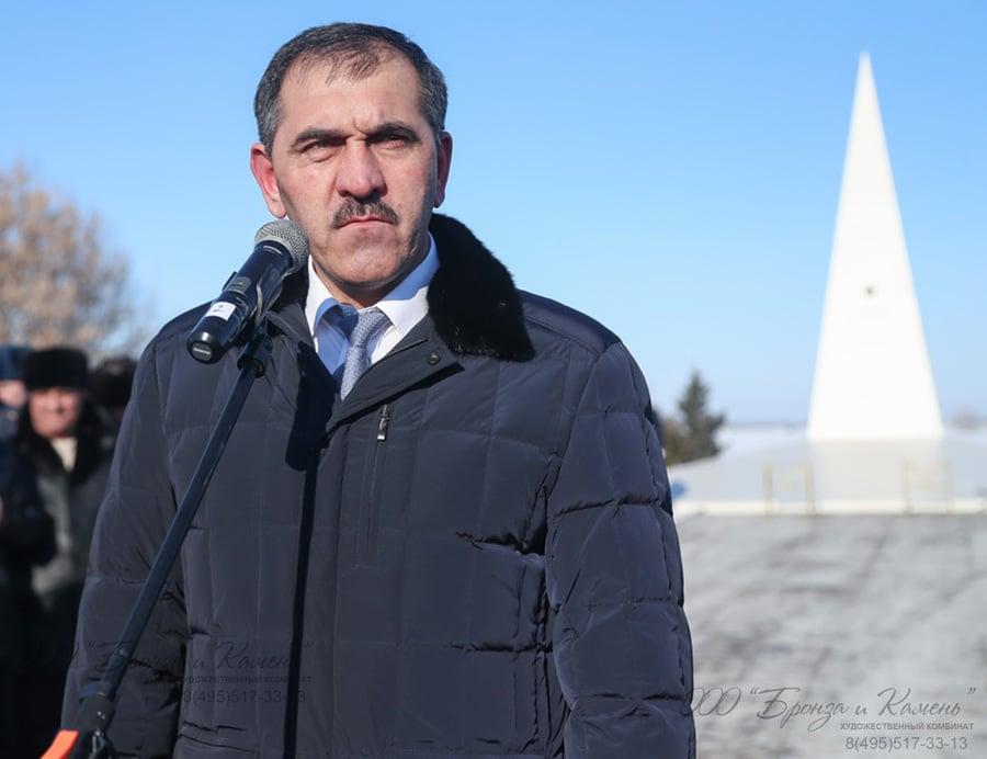 Юнус-Бек Евкуров открывает памятник Суламбеку Осканову
